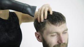 Frisyr på frisersalongen frisören använder sax för att klippa en man Kvinnlig frisör som formar mäns bruk för hårklipp lager videofilmer