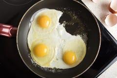 Frit 3 oeufs sur le plat dans une poêle Plat appétissant chaud images stock