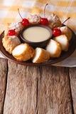Frita de Leche da sobremesa com leite condensado e close up das cerejas VE fotos de stock