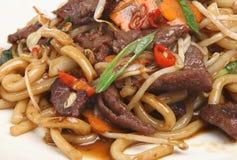Fritada chinesa do Stir da carne com os macarronetes afastados Foto de Stock