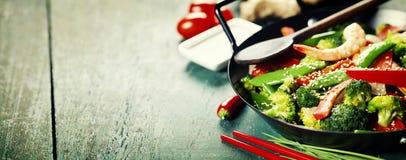 Fritada colorida da agitação em um frigideira chinesa Imagem de Stock Royalty Free