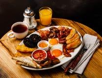 Fritada completa acima do café da manhã inglês com ovos fritos, salsichas, bacon foto de stock royalty free
