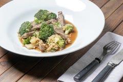 Fritada da agitação da carne e dos brócolis Fotos de Stock Royalty Free