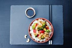 Fritada da agitação da galinha do caju dos brócolis da pimenta vermelha com arroz Fotos de Stock Royalty Free