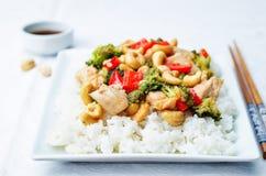 Fritada da agitação da galinha do caju dos brócolis da pimenta vermelha com arroz Fotografia de Stock Royalty Free