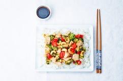 Fritada da agitação da galinha do caju dos brócolis da pimenta vermelha com arroz Imagem de Stock Royalty Free