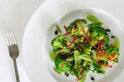 Fritada da agitação dos brócolis com feijões pretos e pimentas vermelhas tailandesas Fotos de Stock