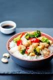 Fritada da agitação da galinha do caju dos brócolis da pimenta vermelha com arroz Imagens de Stock