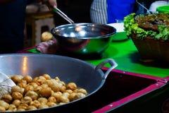 Fritada da bola de peixes em uma frigideira com óleo quente no alimento da rua de Tailândia fotos de stock royalty free