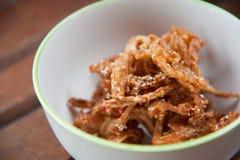 fritada de la seta con sésamo en el tazón de fuente redondo blanco Fotografía de archivo