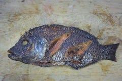 Fritada de pescado en la madera que taja Imagen de archivo