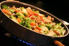 Fritada do Stir que está sendo cozinhada no wok Imagens de Stock