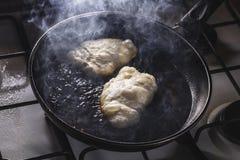 Fritada dos fritos na frigideira Imagens de Stock
