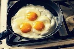 Fritada dos ovos em uma frigideira Imagem de Stock Royalty Free