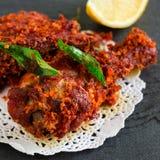 Fritada india auténtica del pollo con las especias, la hoja del curry y el coco Foto de archivo