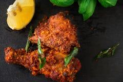Fritada india auténtica del pollo con las especias, la hoja del curry y el coco Imagenes de archivo