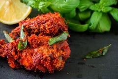 Fritada india auténtica del pollo con las especias, la hoja del curry y el coco Fotos de archivo libres de regalías