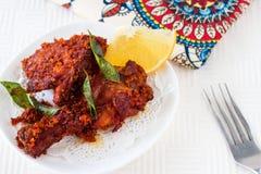Fritada india auténtica del pollo con las especias, la hoja del curry y el coco Imagen de archivo