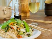 Fritada vegetal del Stir con arroz moreno fotos de archivo libres de regalías
