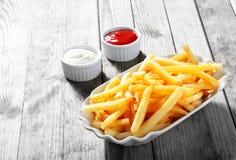 Fritadas curruscantes de la patata en la placa con la salsa de inmersión Imagen de archivo libre de regalías