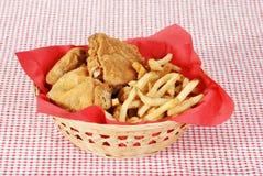 Fritadas da galinha fritada e do francês na cesta fotografia de stock royalty free