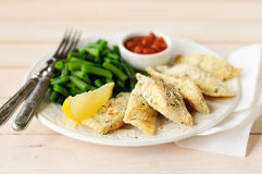 Fritadas de pescado cortezudas de la sémola del limón con las habas verdes y Marinara Fotografía de archivo