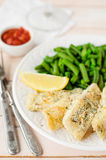 Fritadas de pescado cortezudas de la sémola del limón con las habas verdes y Marinara Imágenes de archivo libres de regalías