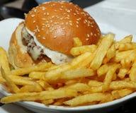 Fritadas del cheeseburger y de la patata Foto de archivo