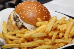 Fritadas del cheeseburger y de la patata Imagenes de archivo