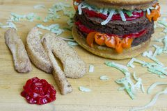 Fritadas do cheeseburger e da maçã do impostor da sobremesa na placa de corte Fotos de Stock Royalty Free