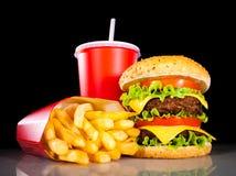 Fritadas saborosos do Hamburger e do francês em uma obscuridade Imagem de Stock Royalty Free