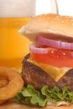 Fritadas y cerveza del cheeseburger imagen de archivo libre de regalías