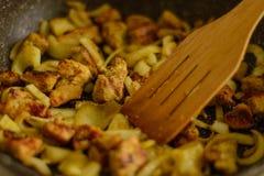 Fritado em um caril da galinha da bandeja com cebolas fotografia de stock royalty free