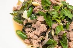 Fritado triture a carne de porco na manjericão santamente Foto de Stock