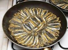 Fritando a anchova Foto de Stock Royalty Free