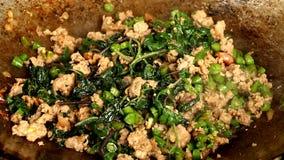 Fritando a carne de porco com manjericão ou almofada-kaprao, alimento tailandês filme