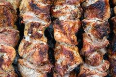 Fritando a carne de porco em um espeto sobre um soldador Carne de giro sobre carvões Kebab apetitoso do shish imagem de stock royalty free