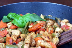 Fritando a carne e os vegetais na bandeja Foto de Stock