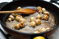 Fritando cogumelos frescos Fotografia de Stock Royalty Free