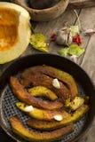 Fritando fatias de uma abóbora na bandeja Imagem de Stock