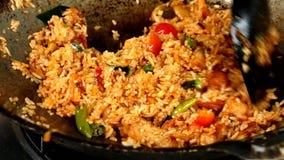 Fritando o arroz com carne de porco na bandeja, alimento tailandês vídeos de arquivo