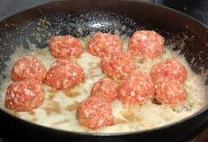 Fritando o meatball Imagem de Stock Royalty Free