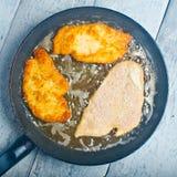 Fritando o schnitzel Imagem de Stock Royalty Free
