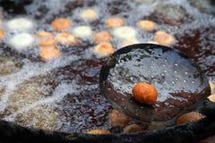 Fritando o vada do medu na bandeja Medu Vada é um petisco salgado da Índia sul, alimento muito comum da rua na Índia Fotos de Stock Royalty Free