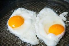 Fritando ovos Imagem de Stock Royalty Free