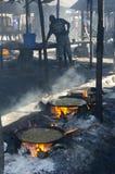 Fritando peixes no mercado de peixes Imagem de Stock