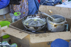 Fritando sardinhas fora Fotografia de Stock Royalty Free