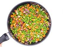 Fritando vegetais em uma bandeja de fritada Fotografia de Stock Royalty Free