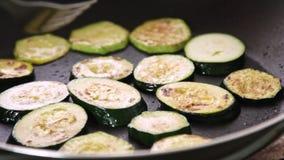 Fritando vegetais para um guacamole com receita dos vegies vídeos de arquivo