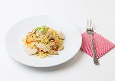 Fritar mexendo macarronetes com carne da galinha, cogumelo e capsicum vermelho Imagem de Stock